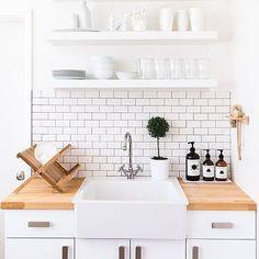 Madeira crua e utensílios expostos deixando qualquer cozinha linda desde sempre! ✨ #kitchen #cozinha #rustic