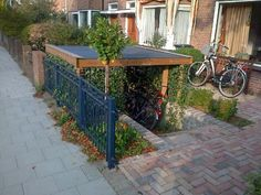 Abgesenkter Fahrradschuppen im Vorgarten plus Straßenpflaster – Werkspot, Lowered bicycle shed in the front yard plus pavement – factory spot, Outdoor Bicycle Storage, Garden Bike Storage, Bike Shelter, Range Velo, Narrow Garden, Bike Shed, Small Backyard Gardens, Small Garden Design, Exterior Design