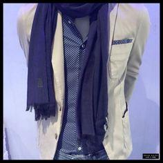 @IconHasselt propone un look casual ma di grande effetto. La camicia #BrianDales dal motivo molto raffinato viene messa in risalto da una giacca color crema in contrasto e da una pashmina in tinta unita. Quando il casual diventa di tendenza!