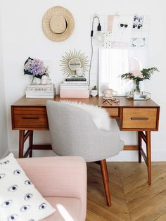 Several Chic and Cute Desk Decoration Ideas you Should Copy https://www.possibledecor.com/2018/02/14/several-chic-cute-desk-decoration-ideas-copy/
