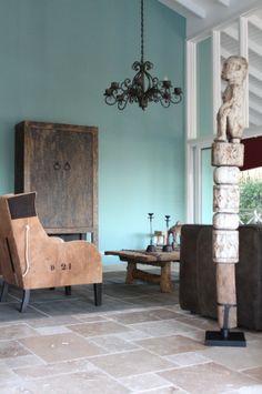 Wat kleurt die natuursteen vloer mooi bij de bijzondere fauteuils bekleed met origineel botenzeildoek van oude klippers (ontwerp en foto by Alex Janmaat Antiek).