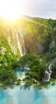 Classés au patrimoine mondial de l'UNESCO, les lacs de Plitvice comptent parmi les merveilles naturelles de Croatie. Rivières et ruisseaux forment une succession de 16 lacs aux eaux limpides reliés les uns aux autres par une myriade de cascades.