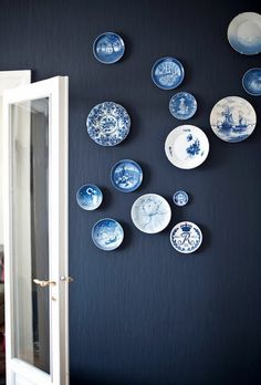 The navy wall looks great with these blue plates