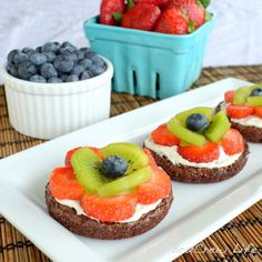 Top delicious chocolate brownies with a cream cheese frosting and your favorite fruit for a delicious dessert recipe your family will love—Mini Brownie Fruit Pizzas. Fruit Recipes, Sweet Recipes, Dessert Recipes, Pizza Recipes, Just Desserts, Delicious Desserts, Yummy Food, Delicious Chocolate, Healthy Desserts