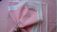 Guardanapo poá rosa La favelle de tecido. <br>Guardanapo em tricoline 100% algodão,aplicação de sianinha branca nas bordas <br>Jogo 9 peças. Preço é para o jogo,não pode ser vendido separadamente. <br>Guardanapos La Favelle sianinha <br>Em tricoline 100% algodão.