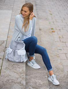 """Unser Outfit des Tages setzt sich aus einem kuscheligen Cardigan von SELECTED, einem Print-Shirt von ARMEDANGELS, der super bequemen Jeans von Un jean und den NMD Sneakers von adidas zusammen. Perfekt für den Schulstart oder auch für die Uni ist der Rucksack von Herschel Supply Co.. Hier gilt das Mott: Klein aber """"OHO""""!"""
