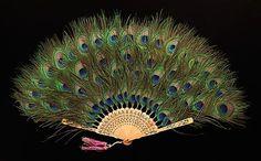 fashionrevealed: fan de la pluma (chino), aproximadamente  1915 Desde el Museo Metropolitano de Arte.