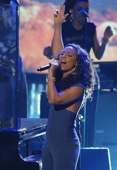 #6 - Alicia Keys - Girl on Fire - https://www.youtube.com/watch?v=J91ti_MpdHA