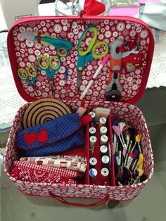 Sewing box from ice cream tubs Sewing Case, Sewing Box, Sewing Kits, Sewing Hacks, Sewing Crafts, Sewing Projects, Diy And Crafts, Arts And Crafts, Sewing Baskets
