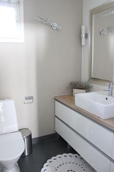 selkeää Bathroom Wallpaper, Bathroom Toilets, Wet Rooms, Home Reno, Beautiful Bathrooms, My Dream Home, Interior Decorating, House Design, Saunas