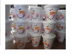 Puedes decorar vasos de unicel y usarlos como dulceros.