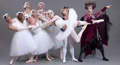 L'emancipazione maschile nella danza classica continua con i Trocadéro! Dieci uomini si dilettano ad indossare scarpette da punta e tutù, costruendo parodie divertentissime dei balletti più amati dai puristi della danza classica.