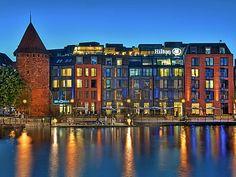 Hilton Gdańsk - możecie w nim zorganizować konferencję dla 530 osób i bankiet dla 400 osób. Więcej szczegółów:http://www.konferencje.pl/obiekty/obiekt,1005,hotel-hilton-gdansk.html