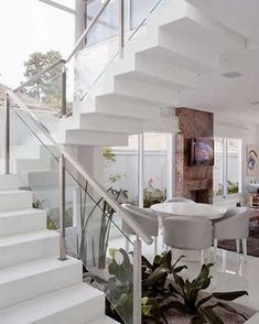 Plants under stairs Interior Staircase, Staircase Railings, Railing Design, Staircase Design, Home Deco, Escalier Design, Glass Stairs, Modern Stairs, House Stairs