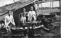 Verkoopster van koffie te Batavia. 1900-1935 Dutch East Indies, Old Pictures, Jakarta, Van, Coffee, Indian, Technology, Nostalgia, Antique Photos