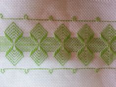 Vagonite With a border on each side Swedish Embroidery, Types Of Embroidery, Embroidery Patterns, Hand Embroidery, Stitch Patterns, Knitting Patterns, Small Gifts For Friends, Swedish Weaving Patterns, Chicken Scratch Embroidery