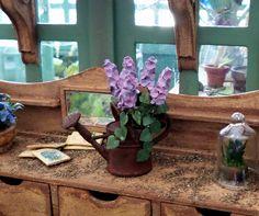 Plante verte fleurs lilas miniature dans arrosoir en métal rouillé maison de poupées échelle 1:12 de la boutique MadeInEven sur Etsy