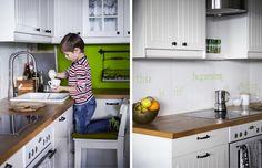 Die Utensilien der Kinder sind in den unteren Schränken verstaut, sodass alle in der Küche helfen können.