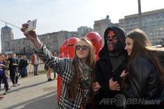 ウクライナ首都キエフ(Kiev)の中央選挙管理委員会の事務所前で行われたデモで、映画『スター・ウォーズ(Star Wars)』の悪役「ダース・モール(Darth Maul)」に扮(ふん)した男性(右から2人目)と、皇帝を守る「ロイヤル・ガード(Royal Guard)」に扮(ふん)した人々と「自分撮り」写真を撮る人々(2014年4月3日撮影)。(c)AFP/SERGEI SUPINSKY ▼4Apr2014AFP|「ダース・ベイダー大統領」の夢破れる、次は露大統領選へ?ウクライナ http://www.afpbb.com/articles/-/3011738 #Ukraine #Ucrania #Kiev #DarthMaul #RoyalGuard #selfie