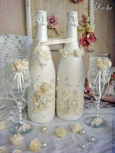 how to fabric decoupage wine bottle Wedding Flutes, Wedding Bottles, Wedding Glasses, Champagne Glasses, Wine Bottle Corks, Diy Bottle, Bottle Art, Wine Glass Crafts, Wine Bottle Crafts