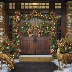 Having outdoor Christmas decorations is a fun way to decortate for the holiday season. Check out these front door christmas decorations to get fun ideas! Porch Christmas Lights, Diy Christmas Balls, Front Door Christmas Decorations, Christmas Entryway, Christmas Front Doors, Christmas Greenery, Decorating With Christmas Lights, Porch Decorating, Christmas Wreaths