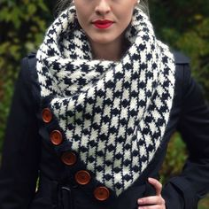 my favorite cowl. love the color of the wooden buttons #houndstooth #cowl #knitting #knittersofinstagram #diy #lisibloggt #knitwear