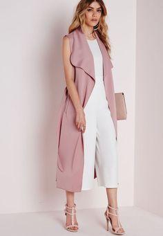 Удлиненный жилет – универсальный предмет одежды. Его можно носить ежедневно, вне зависимости от запланированных дел