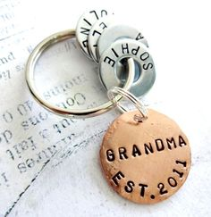 GRANDMA Gift Personalized Christmas Keychain with Names – Hand Stamped Key Chain – Grandparent Birthday – Copper Disc & Washers - Schmuck herstellen Wire Jewelry, Jewelry Crafts, Handmade Jewelry, Bullet Jewelry, Diy Jewelry For Gifts, Geek Jewelry, Gothic Jewelry, Jewelry Ideas, Jewelry Necklaces