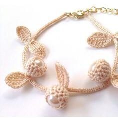 Las perlas y hojas pueden funcionar como aretes