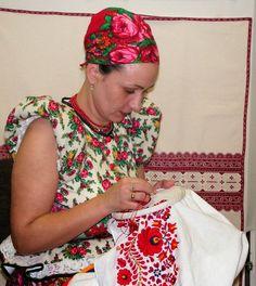 Matyó hímző asszony