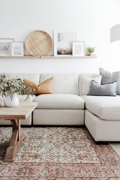 White Couch Living Room, Cozy Living Rooms, Rugs In Living Room, Home And Living, Living Room Decor Simple, Living Room Decor Ideas Apartment, Small Living Room Designs, Living Room Wall Decor, Vintage Modern Living Room