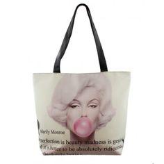 Een superleuke tas van Marilyn Monroe, met één van haar beroemde quotes: 'Imperfection is beauty, madness is genius and it's better to be absolutely ridiculous than absolutely boring.' De tas is van PVC, dus kan je afwassen als hij vuil is. De afmetingen zijn 43 cm x 13 cm x 40 cm. Ook leuk als cadeau-ideetje voor Marilyn Monroe fans