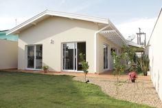 Uma pequena casa brasileira cheia de conforto (De Fernanda Maranha - homify)