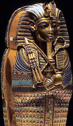 """SCETTRO HEQA e FLAGELLO NEKHEKH  Lo scettro heqa, che in geroglifico significa """"principe"""" e che ha la forma di un pastorale, e il flagello nekhekh, che ricorda uno scacciamosche, sono simboli della regalità. Come tali, sono tenuti in mano dai faraoni ma anche da Osiride, in quanto sovrano degli inferi."""