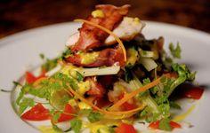 En salat med mye smak som lett kan erstatte middagen. Parmesandressingen er krona på verket.Kilde: Stavanger Aftenblad. Foto: Jan Inge Haga