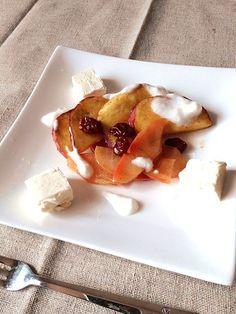 本当はバニラアイスを添えるのですが、無かったためヨーグルトとクリームチーズを使いました。 - 12件のもぐもぐ - 林檎と薩摩芋のコンポート by atrittan