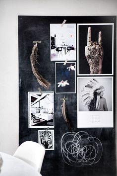 Grote zwarte plank met krijtbordverf tegen muur laten leunen: foto's en briefjes ophangen zonder gaatjes!