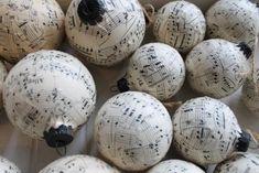 Brocante kerstballen met oud muziekpapier