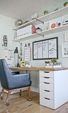 White Home Office Ideas To Make Your Life Easier; home office idea;Home Office Organization Tips; chic home office. Mesa Home Office, Home Office Space, Office Workspace, Home Office Desks, Organized Office, Office Table, Desk Space, Office Shelving, Study Space