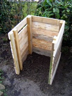 Compost building the composite bin with pallets - Here we are to introduce you to this wooden pallet composite bin that will be awesome to store the home or garden trash! Build a box with separated apart Homemade Compost Bin, Wooden Compost Bin, Diy Compost Bin, Composting Bins, Compost Container, Diy Pallet Projects, Garden Projects, Pallet Ideas, Pallet Designs
