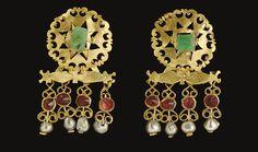 A PAIR OF ROMAN GOLD, EMERALD, GARNET AND PEARL EARRINGS - CIRCA 3RD CENTURY A.D.