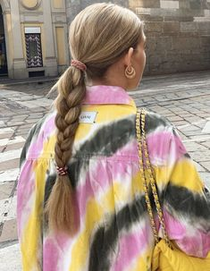 Bright colours tie dye top pink yellow grey for summer spring fall autumn style inspiration street style blonde hair plait easy hair ideas easy outfit ideas Fashion Mode, Fashion Killa, Look Fashion, Fashion Beauty, Tie Dye Fashion, Fashion Black, Fashion Clothes, Paris Fashion, Spring Fashion