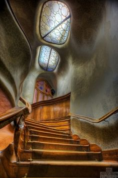 Antoni Gaudi staircase, Barcelona, Spain This Art Nouveau staircase shows its been influenced by nature in the rock like, appearance of the walls. Art Nouveau, Art Deco, Architecture Design, Beautiful Architecture, Organic Architecture, Staircase Architecture, Spanish Architecture, Historical Architecture, Contemporary Architecture