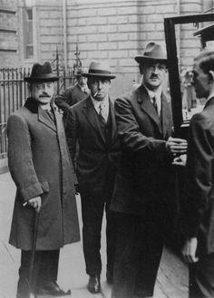 Arthur Griffith, Robert Barton, Michael Collins at Treaty Negotiations. Irish American, American Girl, Ireland 1916, Ireland Map, Anglo Irish Treaty, Irish Independence, Irish Free State, Irish Republican Army, Scotland History