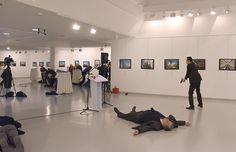 El diplomático ruso yace en el piso luego de haber sido asesinado por el terrorista turco. Fue durante una exposición fotográfica en Ankara, la capital de Turquía (AFP)