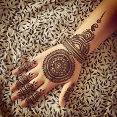 It is not easy to find out latest mehandi designs or new henna designs specially when internet is full with same old but beautiful henna des. Round Mehndi Design, New Henna Designs, Mehndi Design Photos, Beautiful Henna Designs, Henna Tattoo Designs, Henna Tattoos, Henna Mehndi, Henna Art, Mehendi