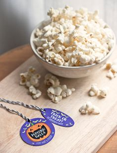Homemade Popcorn Balls for Halloween #recipe #treat #gift #favor #packaging #tags