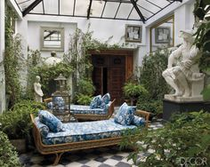 The courtyard of decorator Lorenzo Castillo's home in Madrid featured in Elle Decor. The Jansen daybeds are absolutely gorgeous in that fabric. Elle Decor, Outdoor Rooms, Outdoor Living, Indoor Outdoor, Outdoor Patios, Outdoor Kitchens, Interior And Exterior, Interior Design, Interior Garden