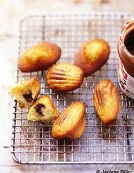 Recette Madeleines au nutella : Préchauffer le four à 180°C.Mélanger les œufs avec le sucre jusqu'à ce que le mélange blanchisse.Ajouter le beurre fondu,...