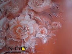 Красные розы на стене и потолке